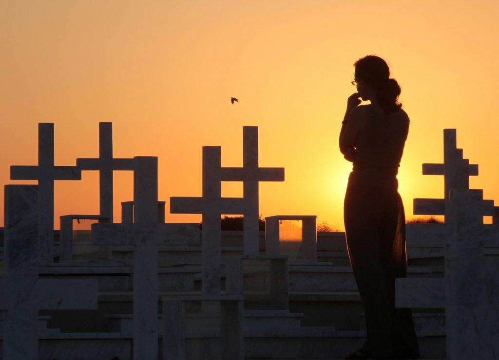 Besucherin auf dem Soldatenfriedhof in Nicosia, Zypern (Keystone/EPA/Katia Christodoulou)