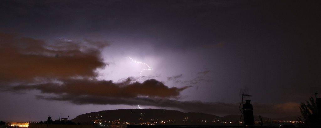 Gewitter über San Sebastian Spanien EPA/JAVIER ETXEZARRETA