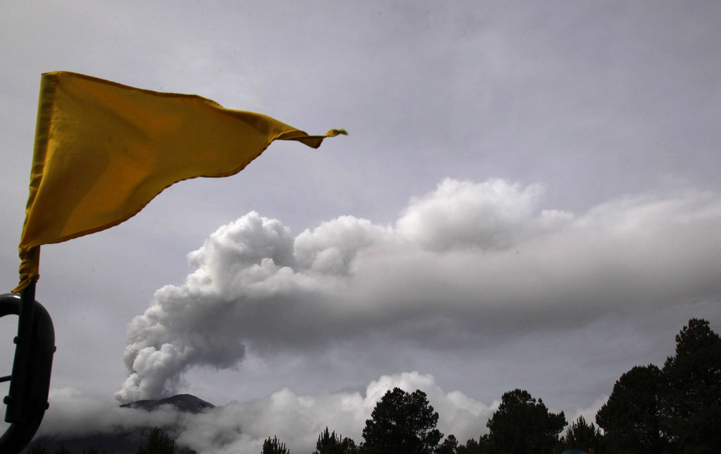 Eine Flagge und der Popocatepetl Vulkan in Mexiko (Keystone/AP Photo/Marco Ugarte)