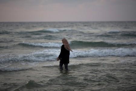 Eine palästinensische Muslima im Mittelmeer vor Tel Aviv, Israel (Keystone/AP Photo/Ariel Schalit)