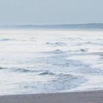 Ein Bad im Meer am frühen Morgen in Shevingen, Niederlande (Keystone/EPA/Martijn Beekman)