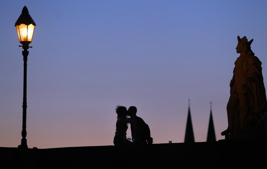 Kuss auf der Alten Mainbrücke in Würzburg D (AP Photo/dpa,  Karl-Josef Hildenbrand)