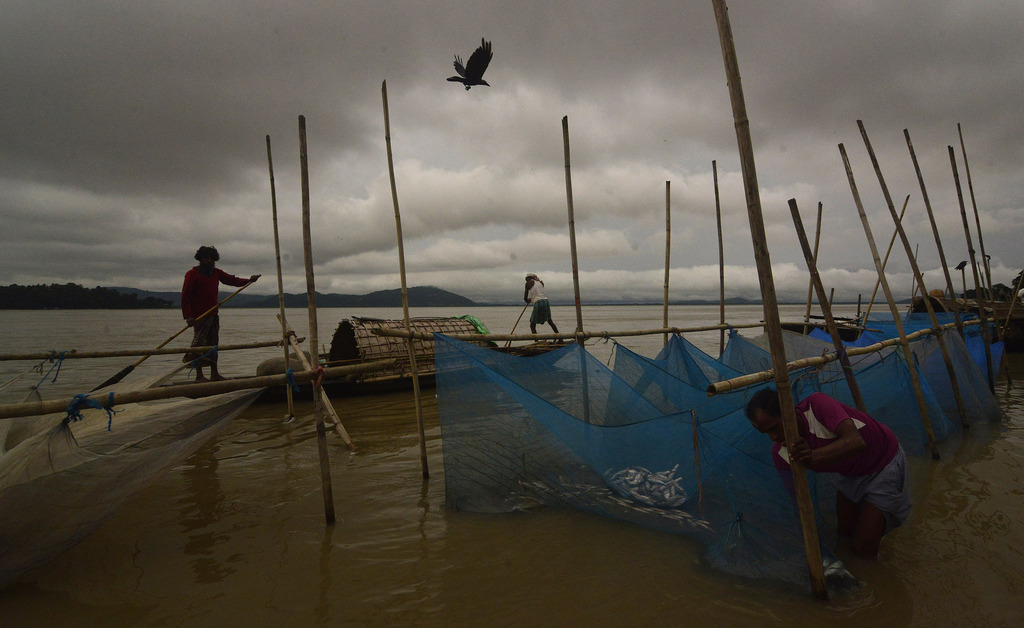 Fischer unter Monsunwolken, Gauhati, Indien  (AP Photo/Anupam Nath)
