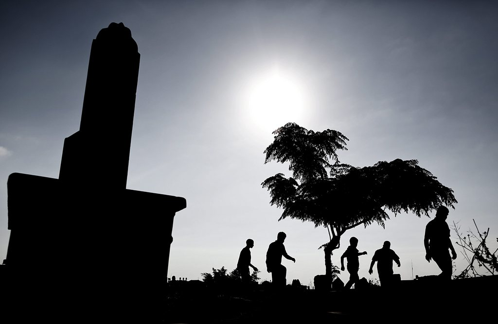 Besuch auf dem Friedhof am Ende des Ramadan, Gaza-Stadt Palästina EPA/ALI ALI