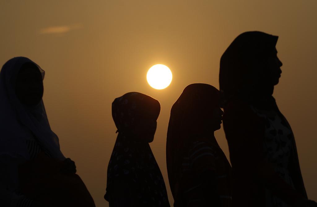 Muslimische Frauen am Ende des Ramadan, Jakarta Indonesien  (AP Photo/Achmad Ibrahim)