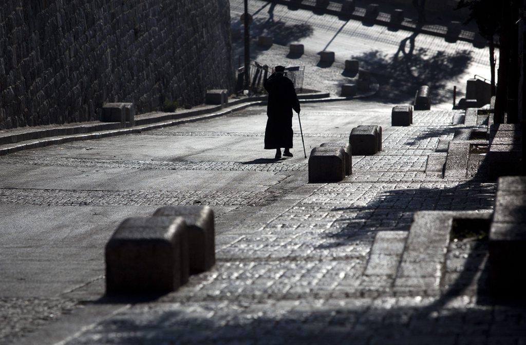 Leere Straße in Jerusalem in Richtung des Gartens Gethsemane, Israel EPA/JIM HOLLANDER