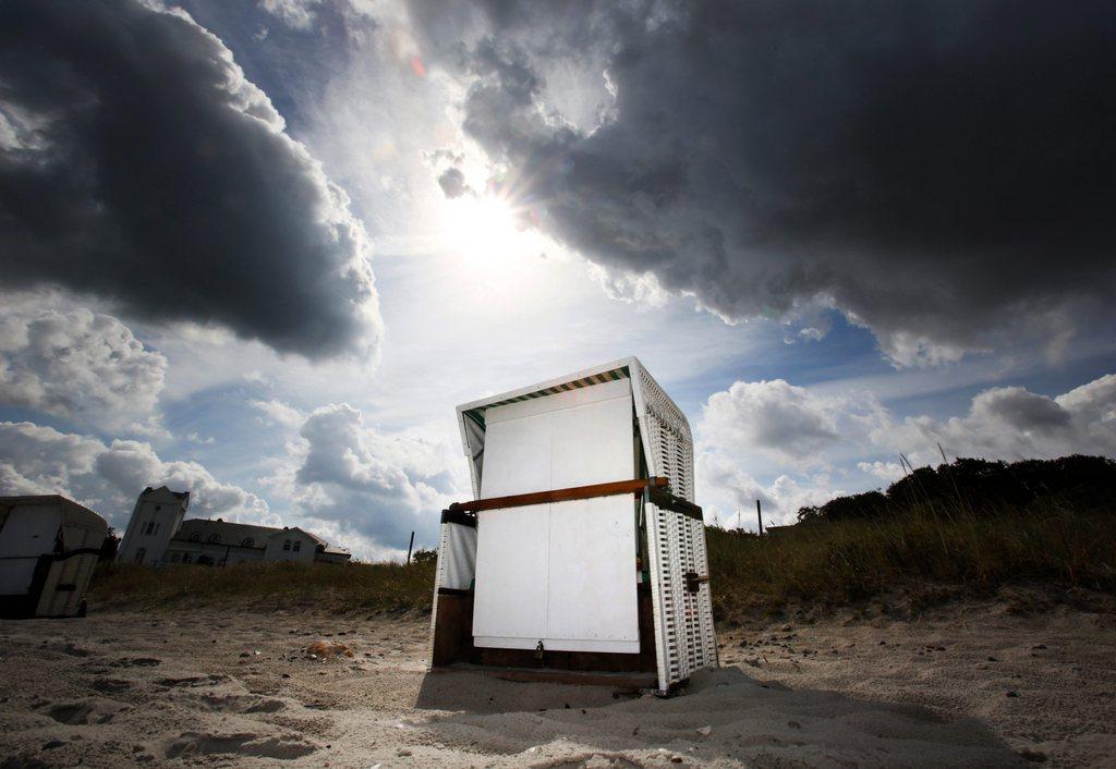 Dunkle Wolken über einem Strand in Heiligendamm D  EPA/BERND WUESTNECK