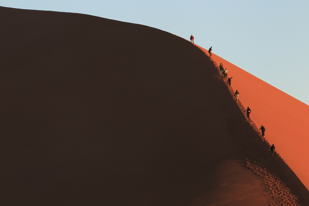 Touristen auf einer Sanddüne in der namibischen Wüste (AP Photo/Jerome Delay)