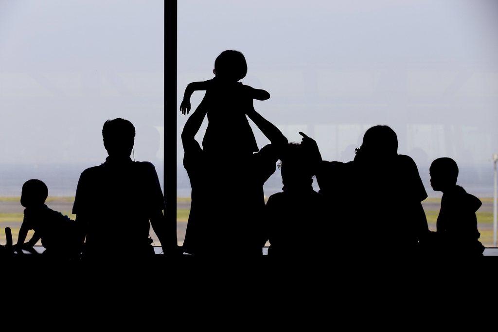 Zuschauer auf dem Flughafen Tokio Japan EPA/KIMIMASA MAYAMA