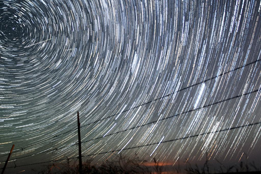 Langzeitaufnahme: Sternspuren und Sternschnuppen in Cheyenne Wyoming USA  (AP Photo/The Wyoming Tribune Eagle, Blaine McCartney)