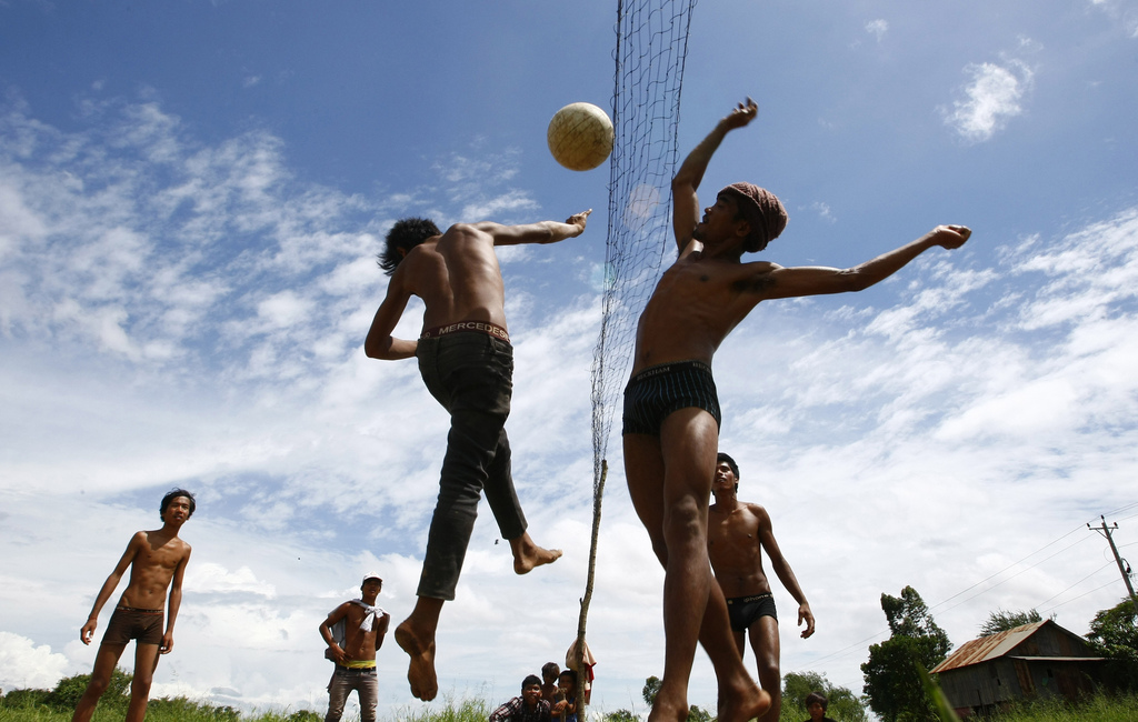 Spaß bei Volleyball in Sre Ampel, Kambodscha (Keystone/AP Photo/Heng Sinith)