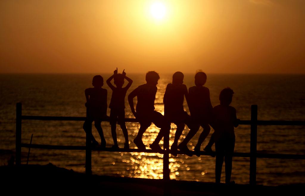 Palästinensische Kinder beobachten den Sonneuntergang in Gaza Stadt (Keystone/AP Photo/Hatem Moussa)