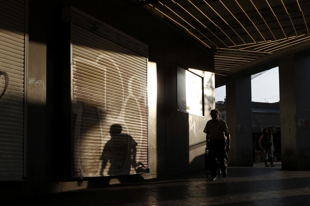 Morgensonne und Fußgänger in Athen Griechenland (AP Photo/Petros Giannakouris)