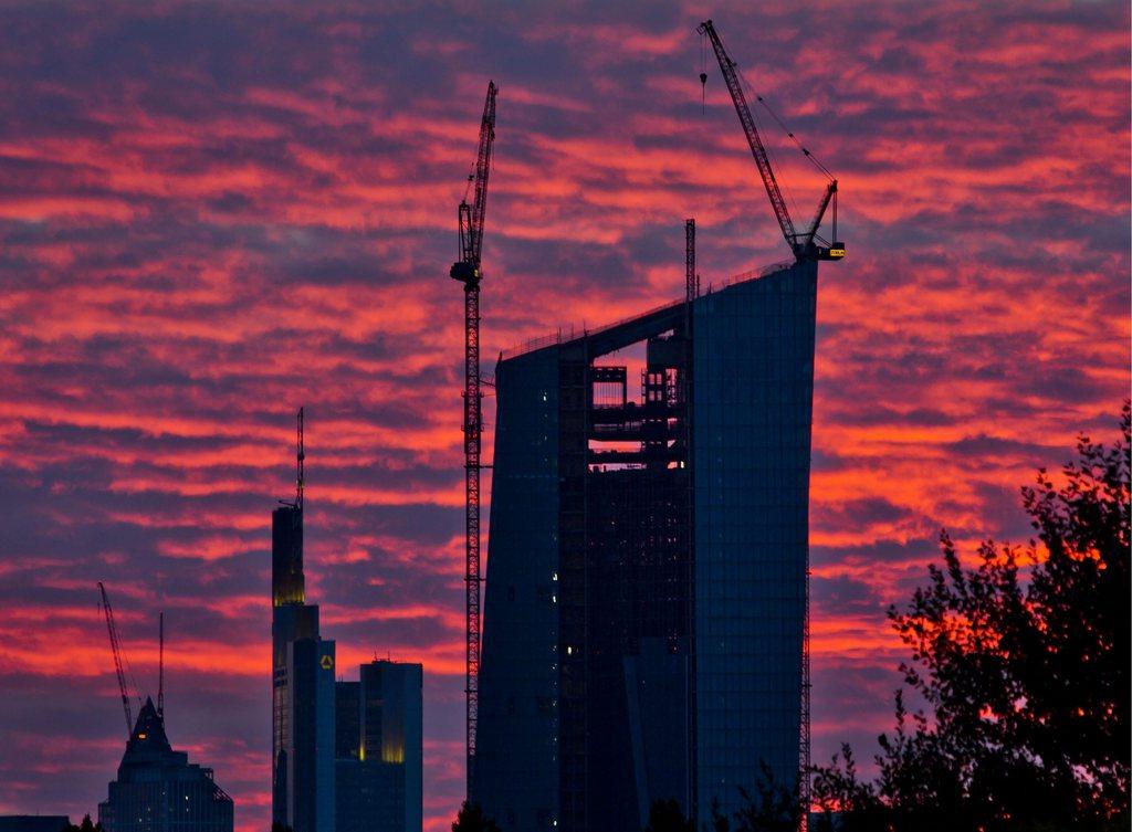 Abendhimmel über dem Neubau der Europäischen Zentralbank, Frankfurt/Main D EPA/FRANK RUMPENHORST