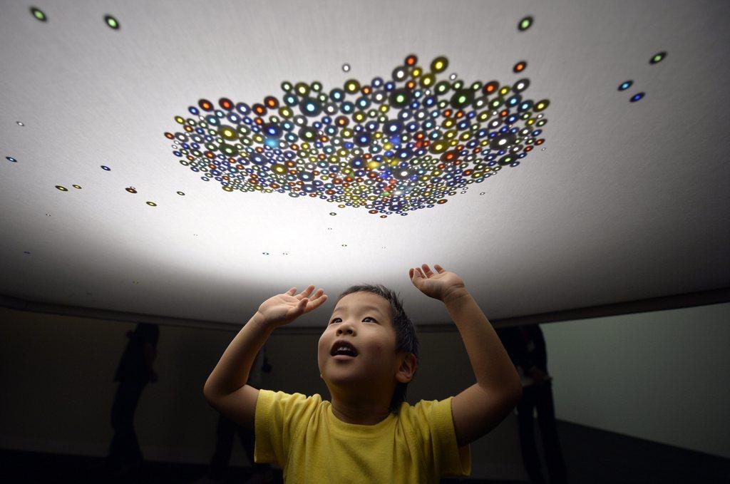 Junge und Murmeln im «Magic Art Museum: Light Illusion» in Tokyo, Japan (Keystone/EPA/Franck Robichon)
