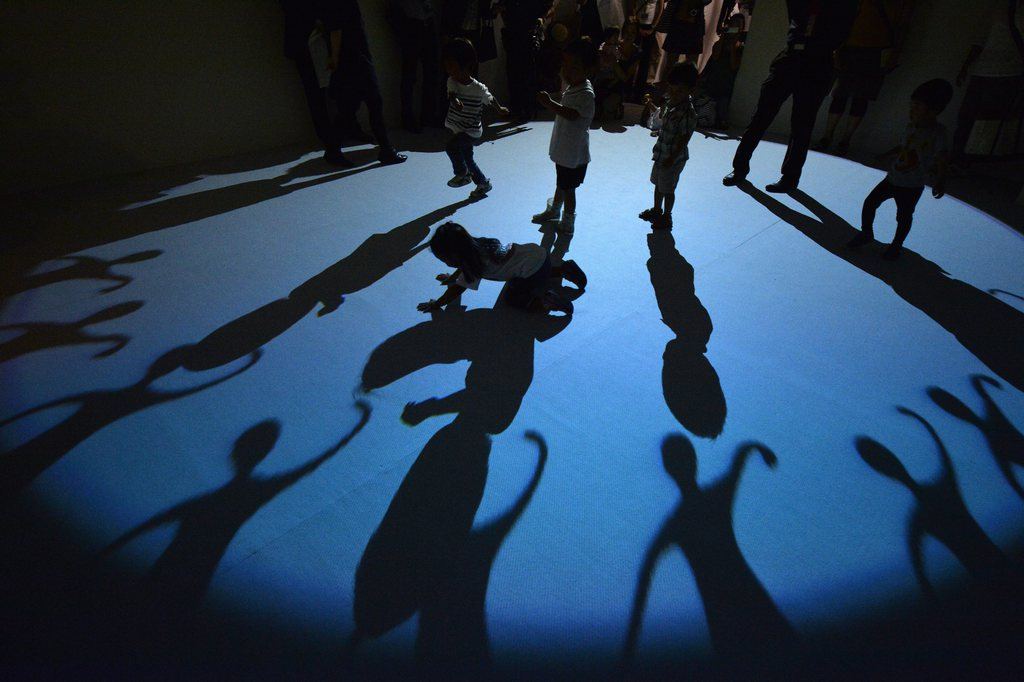 Kinder im «Magic Art Museum: Light Illusion» in Tokyo, Japan (Keystone/EPA/Franck Robichon)
