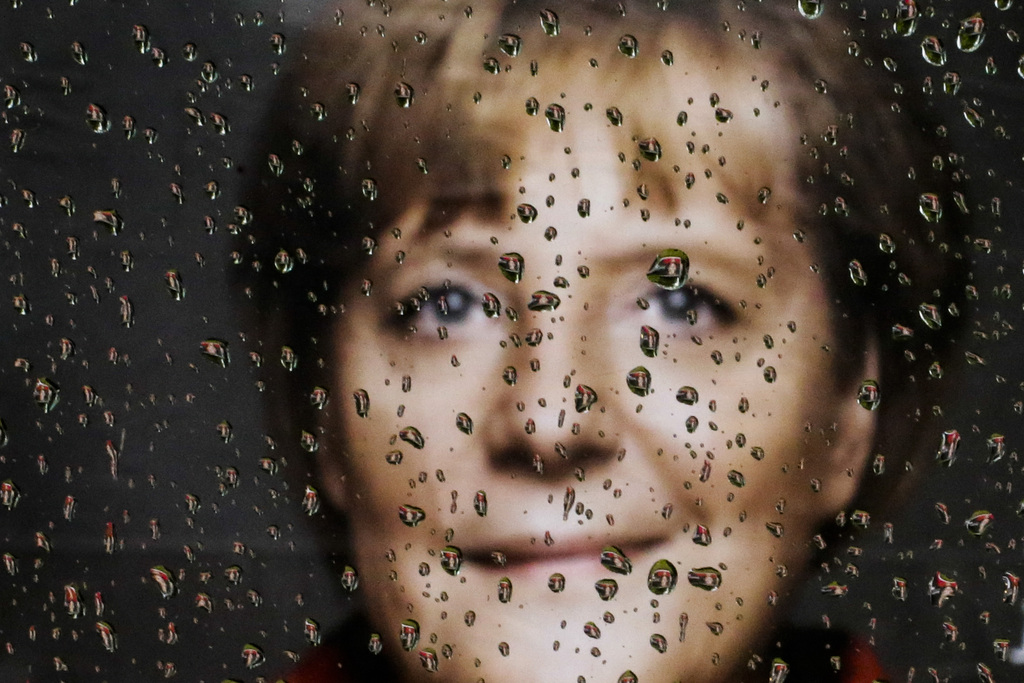 Regentropfen: Wahlplakat mit Angela Merkel, durch ein Autofenster, Berlin D (AP Photo/Markus Schreiber)