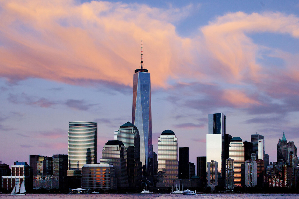 Skyline: Manhattan mit dem neuen World Trade Center in abendlichem Licht (AP Photo/Mark Lennihan)