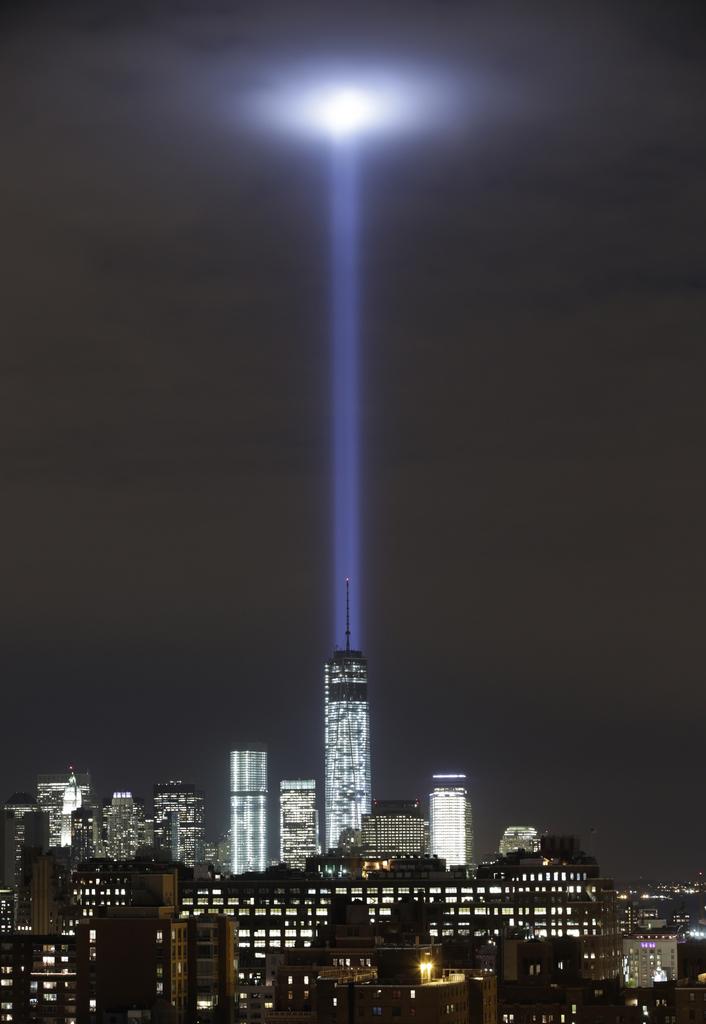 Lichttest vor dem 11. September über dem One World Trade Center, New York USA  (AP Photo/Kathy Willens)