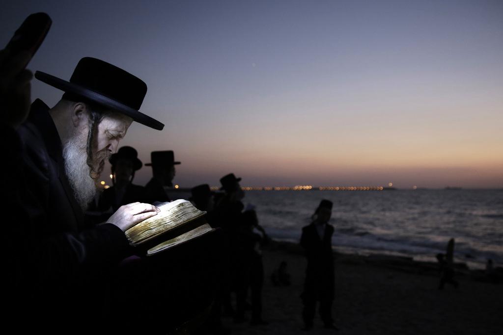 Jude beim Beten am Strand von Ashdod, Israel (Keystone/AP Photo/Tsafrir Abayov)