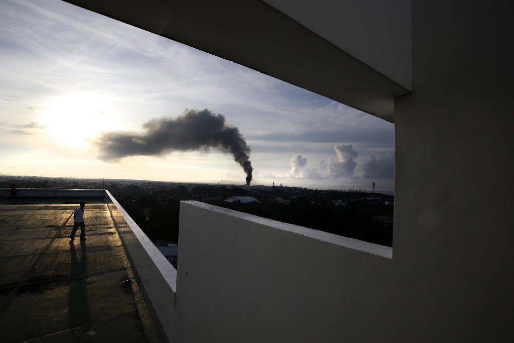 Rauchfahne von einem Brand während des Konflikts zwischen muslimischen Rebellen und der Armee, Zamboanga City, Südphillipinen  EPA/DENNIS M. SABANGAN
