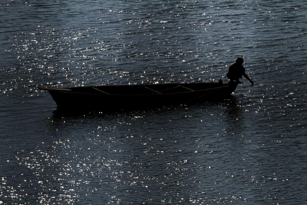 Fischer auf dem Gomati-Fluss, Lucknow Indien (AP Photo/ Rajesh Kumar Singh)