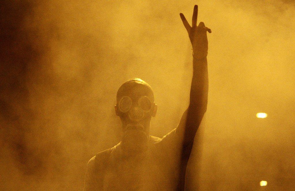 Demonstrant in Istanbul mit Gasmaske im Gasnebel, Türkei EPA/ULAS YUNUS TOSUN