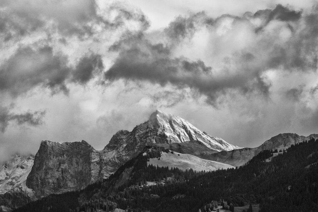 In schwarzweiß: Das frisch verschneite Schwarz- und Glegghorn mit der sonnenbeschienen Vorderalp über Jenins in der Bündner Herrschaft CH(KEYSTONE/Arno Balzarini)