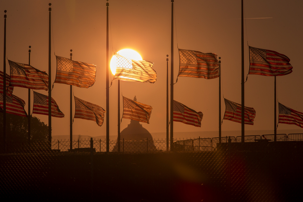 Flaggen auf halbmast in Washington DC USA  (AP Photo/J. Scott Applewhite)
