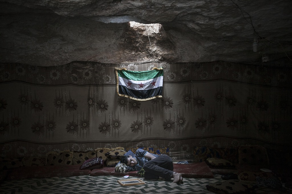 Syrischer Kämpfer in einer Höhle in der Provinz Idliv, Syrien (Keystone/AP Photo/Narciso Contreras)