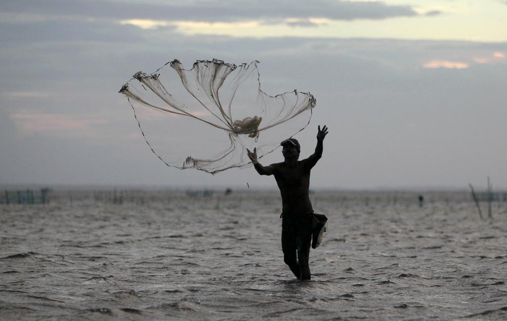 Fischer in der Lagune vor Jaffna, Sri Lanka (Keystone/AP Photo/Eranga Jayawardena)