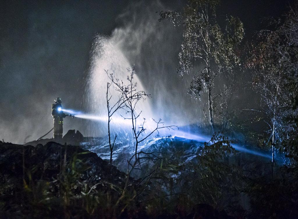Feuerwehrmann bei nächtlichen Löscharbeiten, Gernsheim (Hessen) D Foto: Frank Rumpenhorst/dpa