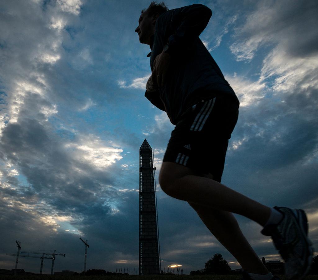 Joggerin am frühen Morgen in Washington DC, USA  (AP Photo/J. David Ake)