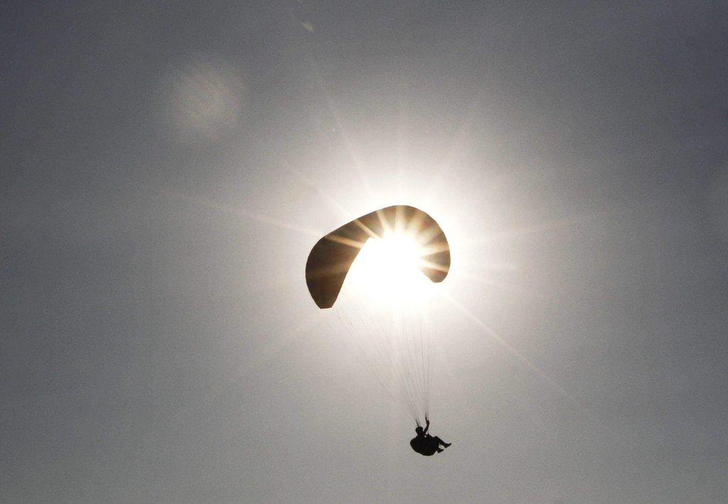 Gleitschirmfliegen in Dhaka, Indien (Keystone/EPA/Farooq Khan)