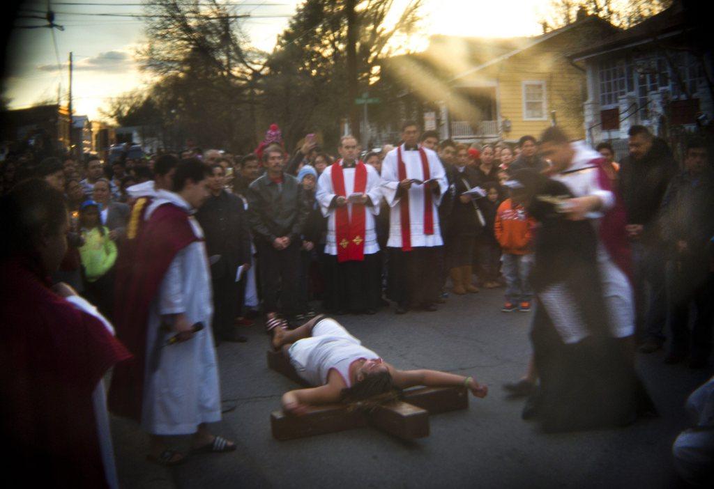 Der Exorzist: Kreuzweg der Gemeinde von St. James Parish, in der Nachbarschaft des historischen Exorzistenfalles, Pirince George County Md. USA EPA/JIM LO SCALZO