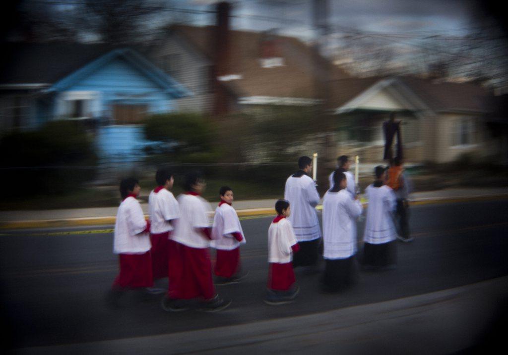 Der Exorzist: Priester und Ministranten in der Nachbarschaft des historischen Exorzismus-Falles von 1949, Prince George's County, Maryland, USA, EPA/JIM LO SCALZO