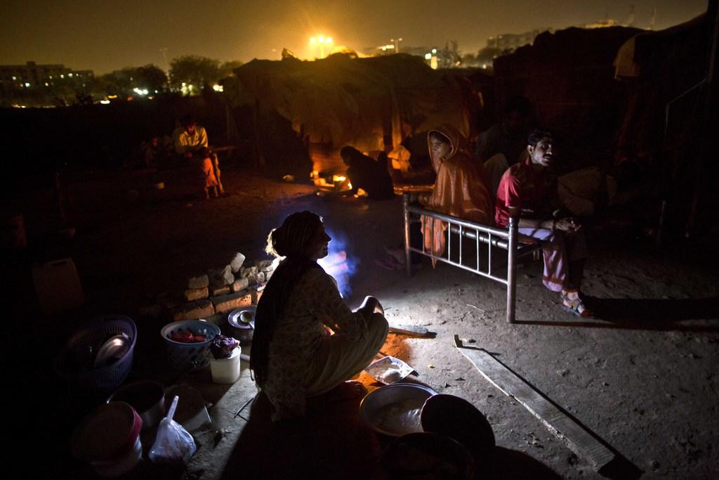 Abendliche Szene in einem Slum in Islamabad, Pakistan  (AP Photo/Muhammed Muheisen)