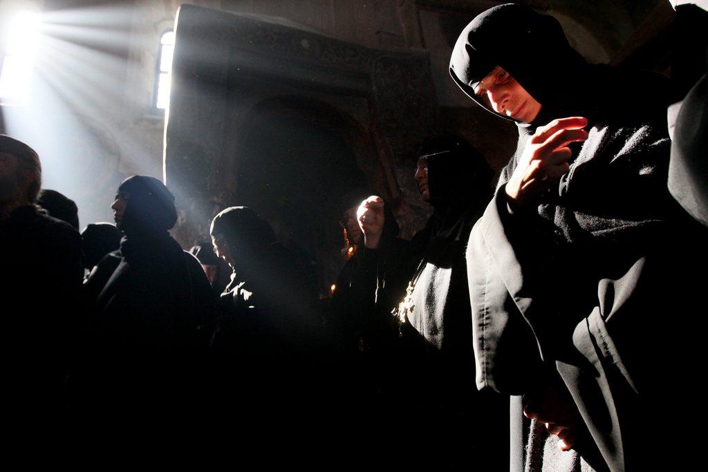 Orthodoxe Nonnen beim Gottesdienst, nahe Tiflis Georgien EPA/ZURAB KURTSIKIDZE