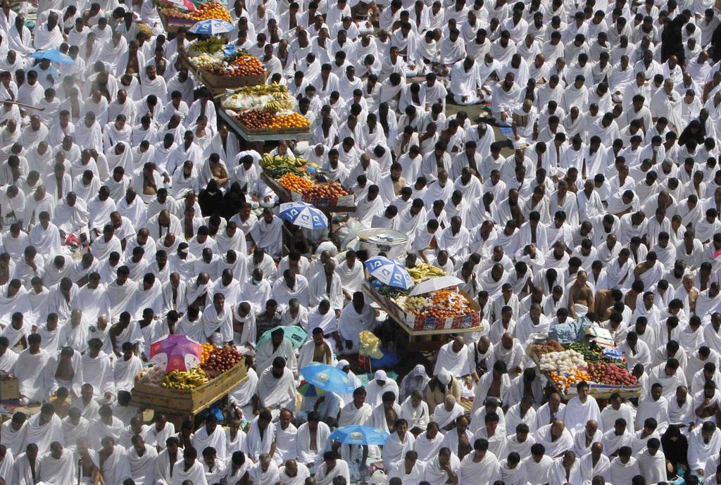Mekka-Pilger beten inmitten von Obstständen (AP Photo/Amr Nabil)