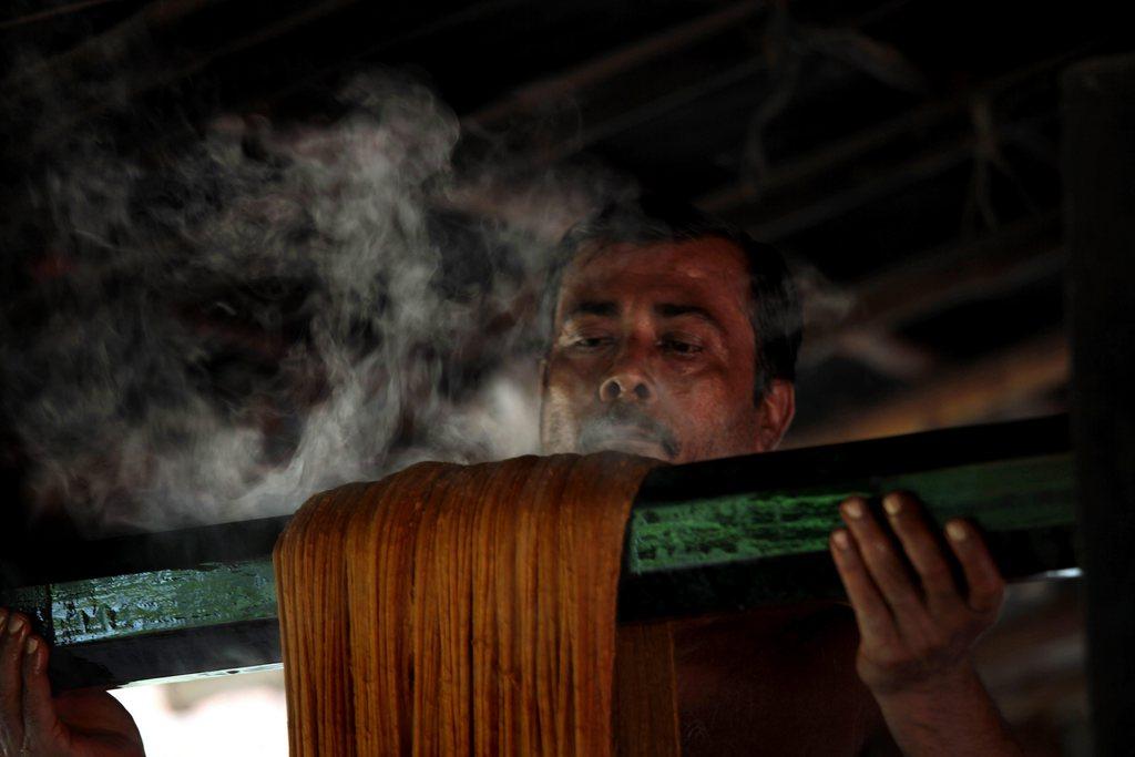 Arbeiter in einer Färberei, nahe Kalkutta Indien EPA/PIYAL ADHIKARY