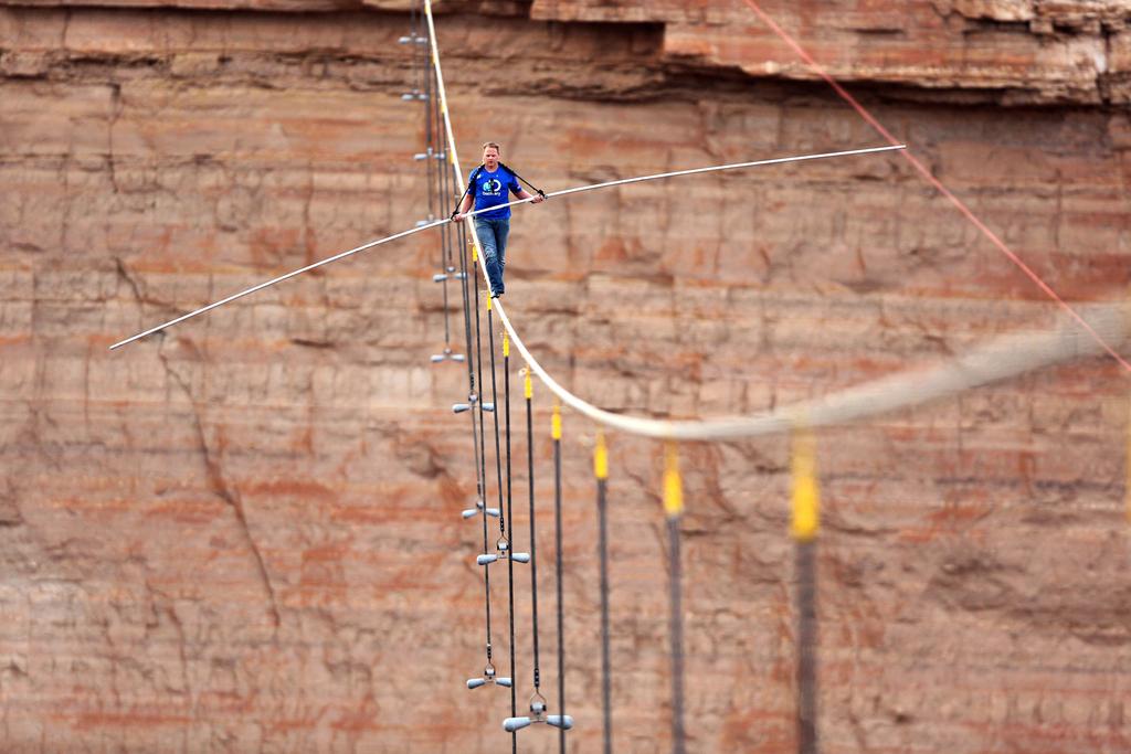 Hochseilartist Nick Wallenda über dem Grand Canyon (Keystone/AP Photo/Tiffany Brown)
