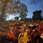 Herbstsonne und Laub auf einem Friedhof in North Andover, Mass. USA (AP Photo/Elise Amendola)
