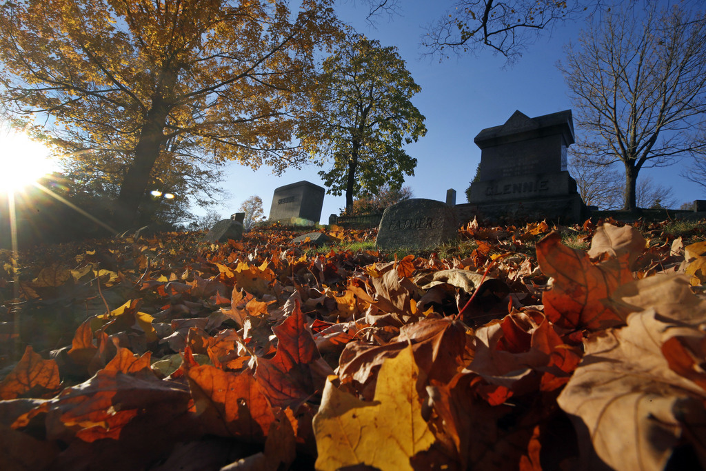 Herbstsonne und Laub auf einem Friedhof in North Andover, Mass. USA (AP Photo/Elise Amendola)
