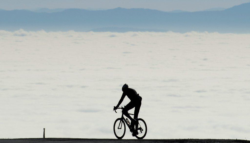 Radfahrer über dem Nebel auf dem Mount Seylour, North Vancouver BC Kanada (AP PhotoTHE CANADIAN PRESS, Jonathan Hayward)