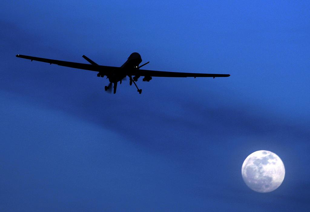 Amerikanische Drohne und Mond (AP Photo/Kirsty Wigglesworth, Archiv)