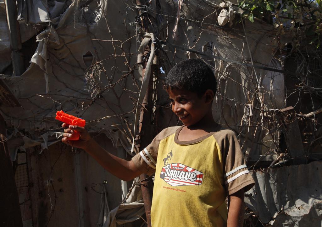 Ein Junge spielt mit einer Plastikpistole, Gaza-Stadt, Palästina (AP Photo/Adel Hana)