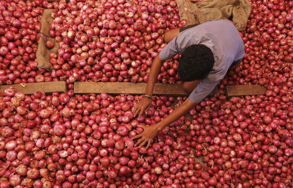 Arbeiter auf dem Zwiebelmarkt in Naiv Mumbai, Indien (Keystone/EPA/Divyakant Solanki)