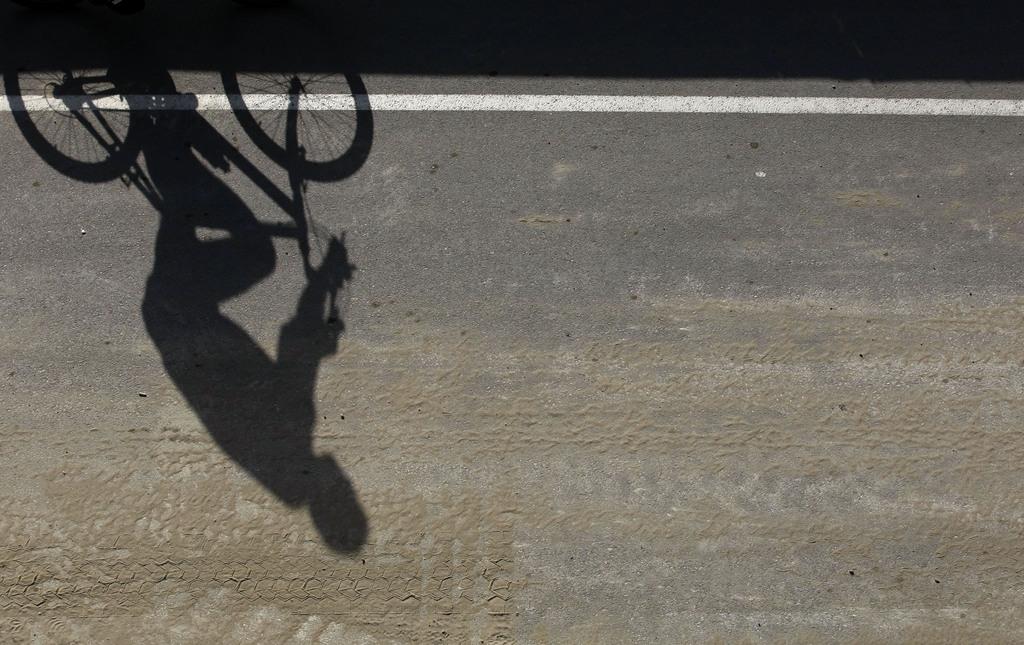 Radfahrer in Belgrad, Serbien (Keystone/AP Photo/Darko Vojinovic)
