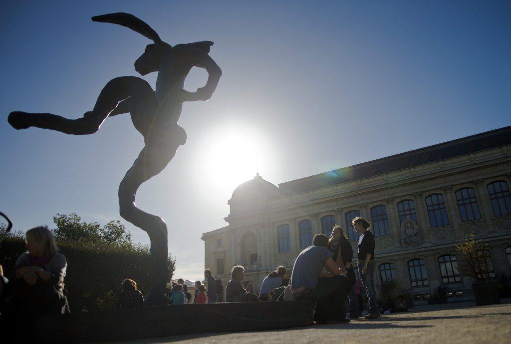 «Nikinski Hare» von Barry Flanagan in Paris, Frankreich (Keystone/EPA/Ian Langsdon)