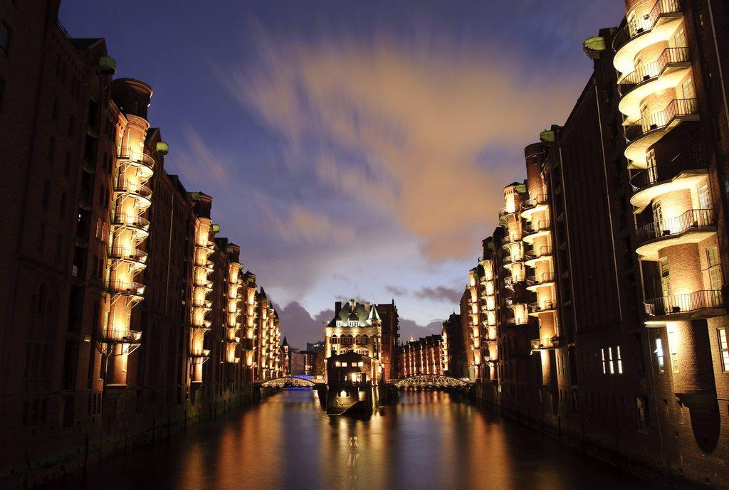 Nächtliche Speicherstadt in Hamburg D  EPA/ANGELIKA WARMUTH